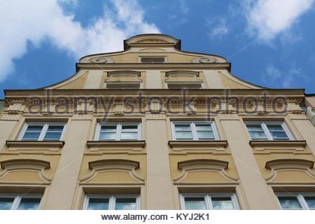 Blick auf die Oberseite eines gelben prächtigen historischen Gebäude in die Maximilian Straße in Augsburg, Deutschland - Stockfoto