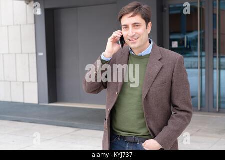 Mann, Smartphone und ein Gespräch - Stockfoto