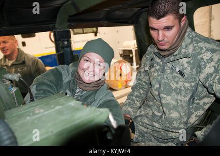 Mitglieder der Kentucky Army National Guard 149 Signal Unternehmen helfen, die das Signal für die 149 Manöver Verbesserung - Stockfoto