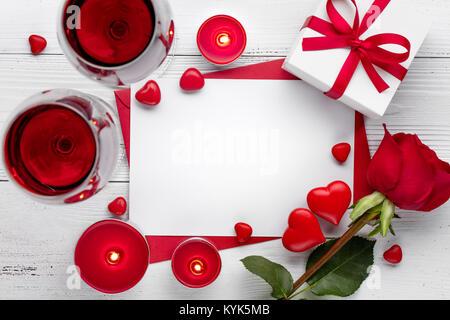 Valentinstag feiern mit Rotwein, brennende Kerze und Rose. - Stockfoto