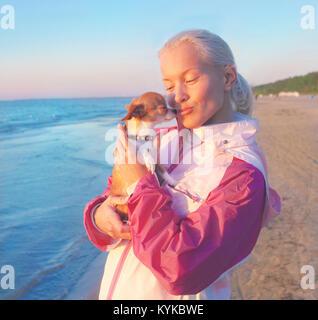 Junge Frau mit ihrem Hund - Stockfoto