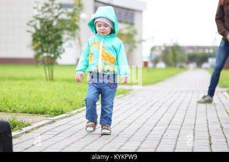 Ein kleines Kind auf einem Spaziergang mit Mutter - Stockfoto