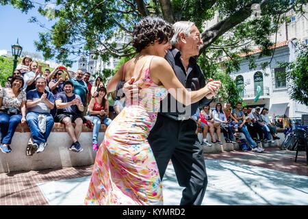 Buenos Aires Argentinien San Telmo Plaza Dorrego tango Tänzer senior Hispanic Mann Frau Paar tanzende Publikum leistung - Stockfoto