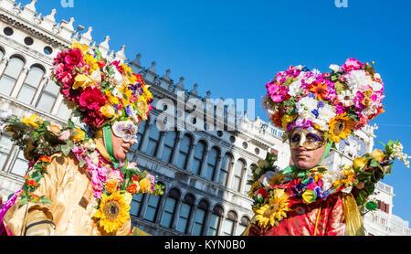 Venedig, Italien, 6. Februar 2016: Paar in Kostüme und Masken in der St. Mark Square während der Karneval von Venedig - Stockfoto