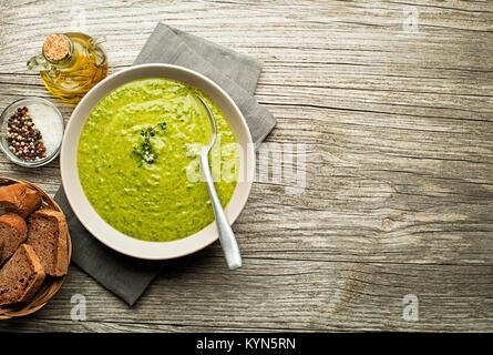 Frische gesunde grüne Suppe auf hölzernen Hintergrund Overhead schießen. - Stockfoto