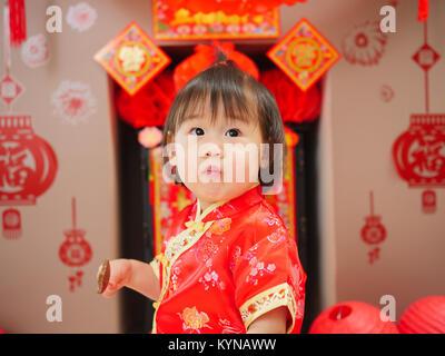Chinesische baby girl traditionellen, chinesischen neue Jahr feiern. - Stockfoto