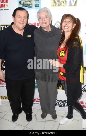 Los Angeles, CA, USA. 10 Jan, 2018. Burt Ward, Lee Meriwether, Tracy Posner in der ankunftshalle Für BATMAN '66 - Stockfoto