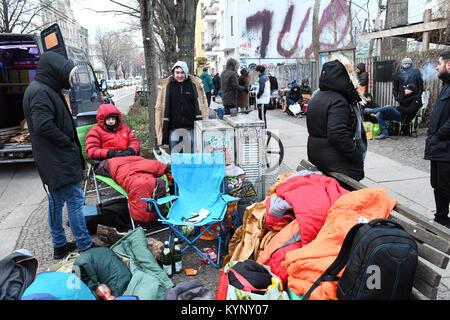 Mehrere hundert Menschen Camp vor einem Schuhgeschäft, das Adidas Sneaker mit integriertem BVG (Berliner Verkehrsbetriebe) - Stockfoto