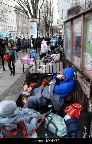 Berlin, Deutschland. 15 Jan, 2018. Mehrere hundert Menschen Camp vor einem Schuhgeschäft, das Adidas Sneaker mit - Stockfoto