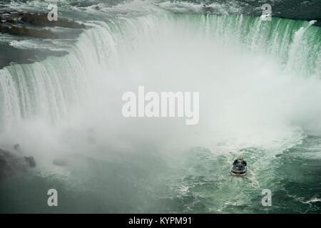 Mädchen des Nebels Ansätze Horseshoe Falls in Niagara Falls, Ontario, Kanada - Stockfoto