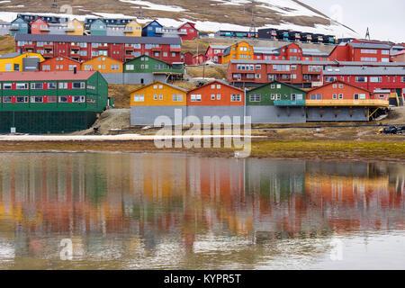 Bunte Wohnhäusern im Wasser im Bergbau Stadt Longyearbyen, Spitzbergen, Svalbard, Norwegen, Skandinavien wider - Stockfoto