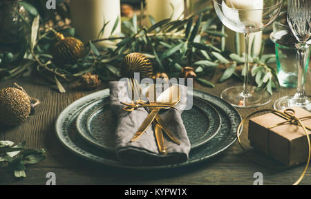 Weihnachten oder Silvester Urlaub Tabelle einstellen. Teller, Besteck, Gläser, Kerzen, Olivenzweige und Spielzeug - Stockfoto