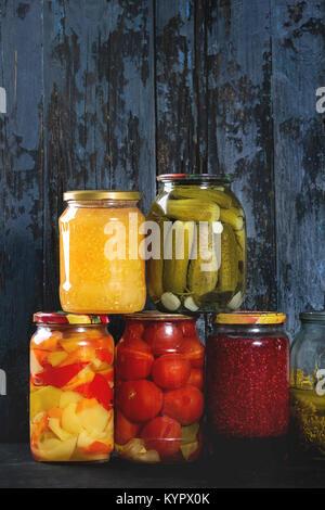 Vielzahl Glas Gläser hausgemachte eingelegte oder fermentierten Gemüse und Staus in der Zeile mit alten, dunklen - Stockfoto