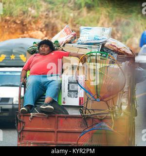 CHIAPAS, MEXIKO - 30. NOVEMBER: Nicht identifizierte Person sitzt auf einem Stuhl, auf der Rückseite eines beladenen - Stockfoto