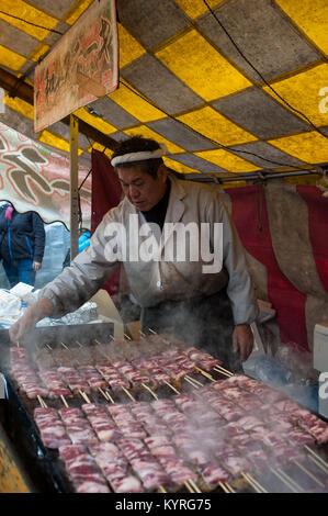 24.12.2017, Kyoto, Japan, Asien - ein Mann bereitet frisch gebratenem Rindfleisch Yakitori Spießen in einem Stall - Stockfoto