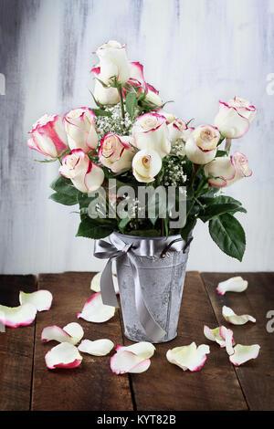 bouquet von wei en rosen und schleierkraut hautnah stockfoto bild 136877715 alamy. Black Bedroom Furniture Sets. Home Design Ideas