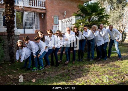 Familie vieler Mitglieder, feiert eine Party im Garten ihres Hauses - Stockfoto
