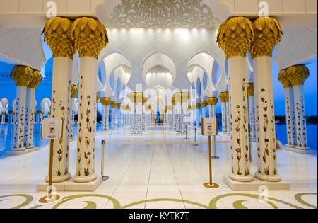 ABU DHABI, VEREINIGTE ARABISCHE EMIRATE - Dez 31, 2017: Teil des Innenraums der Sheikh Zayed Moschee in Abu Dhabi - Stockfoto