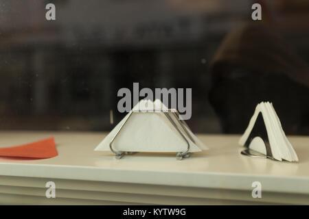 Servietten im Fenster - Stockfoto