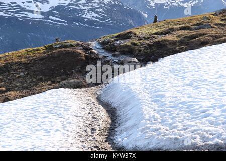 Norwegen Wanderweg - Pfad zu Trolltunga (Troll's Zunge) Rock in Hordaland County. - Stockfoto