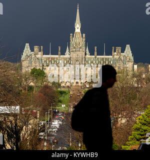Edinburgh, Schottland, Großbritannien. Dienstag, 16. Januar 2018: Dunkle Wolken Webstuhl über Fettes College in - Stockfoto