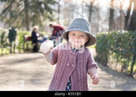 Die ersten Schritte der Kid in der großen Welt. - Stockfoto