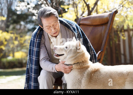 Der alte Mann und der Bulldog - Stockfoto