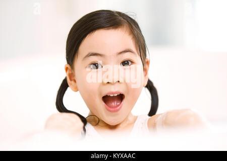 Die schöne kleine Mädchen ist in der Badewanne - Stockfoto