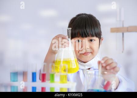 Asiatische Mädchen tun, Laborversuch, Wissenschaft Klassenzimmer - Stockfoto