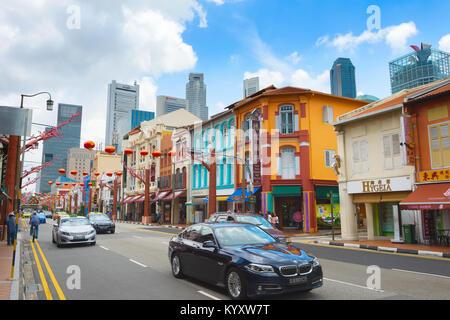 Singapur - 17.02.2017: Verkehr auf einer Straße in Chinatown in Singapur. Chinatown ist eine ethnische Enklave innerhalb - Stockfoto