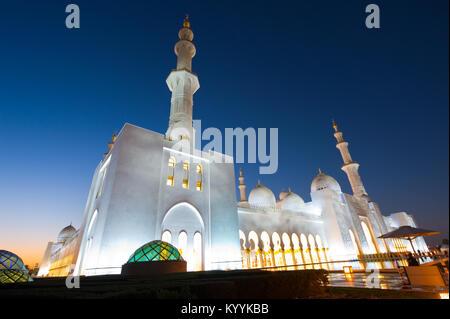 ABU DHABI, VEREINIGTE ARABISCHE EMIRATE - Dez 31, 2017 : Äußeres der Sheikh Zayed Moschee in Abu Dhabi in der Dämmerung. Es ist die größte Moschee des Landes.