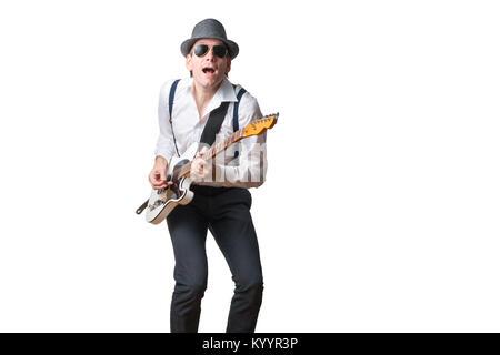 Mann mit Hut und Sonnenbrille spielt Gitarre und singt - Stockfoto