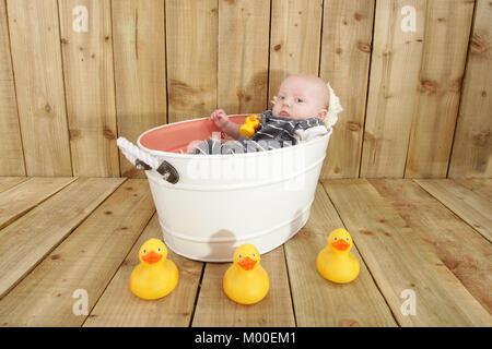 15 Wochen alten Baby boy Spaß in der Wanne - Stockfoto