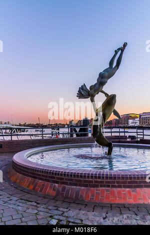Mädchen mit Delphin Statue, Themse, London. - Stockfoto