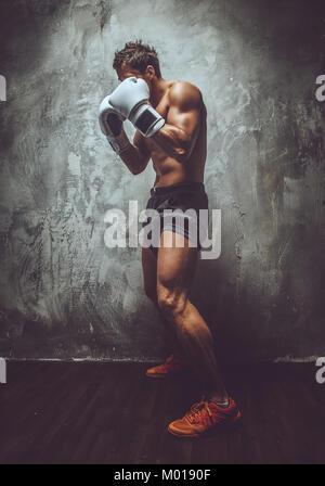Shirtless muskulösen Kämpfer in Aktion. - Stockfoto