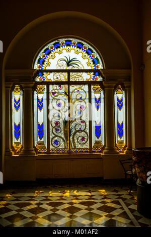 Italien und Belgien schneiden Palace Fenster aus Glas, Jai Vilas Palace, Gwalior, Madhya Pradesh, Indien - Stockfoto
