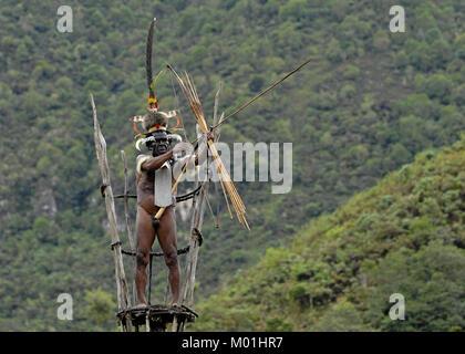 Yali Mabel, der Chef von Dani Stamm auf den Aussichtsturm. Juli 2009, The Baliem Valley, Indonesisch, New Guinea - Stockfoto