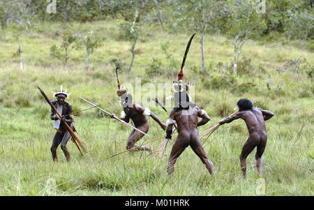 Yali Mabel, der Chef von Dani Stamm und Volk von Dani Stamm Durchführen von Kampf und Kampf den Wiederaufbau. Juli - Stockfoto