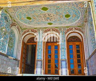 SHIRAZ, IRAN - Oktober 12, 2017: Die Halle des Qavam (Ghavam) Haus in Naranjestan Komplex ist mit Relief Gips Mustern - Stockfoto