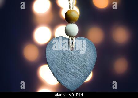 Herz aus Stein mit verschwommenen Licht bokeh Hintergrund - Stockfoto