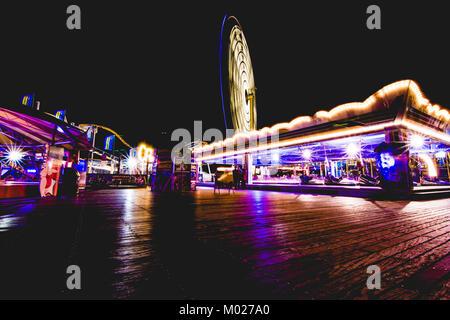 In der Nacht auf dem Palace Pier, Brighton, Großbritannien