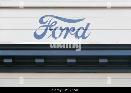 Aarhus, Dänemark - 28. August 2017: Vintage Ford Logo auf eine Wand. Ford ist eine US-amerikanische multinationale - Stockfoto
