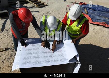 Indische Ingenieure und Meister Arbeiten auf der Baustelle - Stockfoto