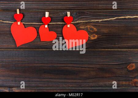 Liebe Herz aus Papier auf String. Valentinstag Konzept, kopieren. - Stockfoto