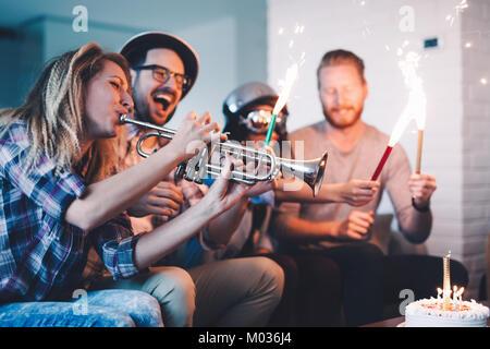 Junge Gruppe der glücklichen Freunde feiern Geburtstag - Stockfoto