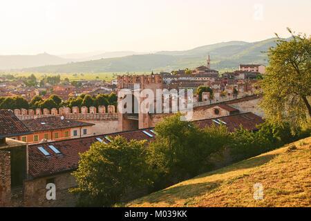 Blick auf den wunderschönen mittelalterlichen Stadt Soave, Italien vom Castle Hill - Stockfoto