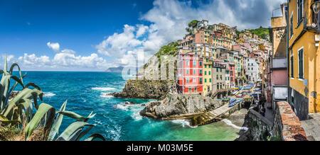 Panoramablick von Riomaggiore, eines der fünf berühmten Fischer Dörfer der Cinque Terre in Ligurien, Italien - Stockfoto