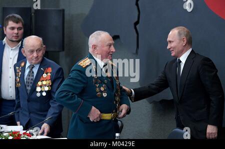 Arbuzovo, Russland. 18 Jan, 2018. Der russische Präsident Wladimir Putin trifft sich mit Veteranen des Zweiten Weltkrieges - Stockfoto