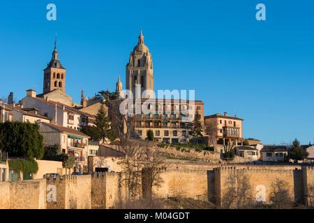 Stadt in der Nähe von Segovia - bis auf den Glockenturm der Kathedrale und Gebäude in der Umgebung von außerhalb - Stockfoto
