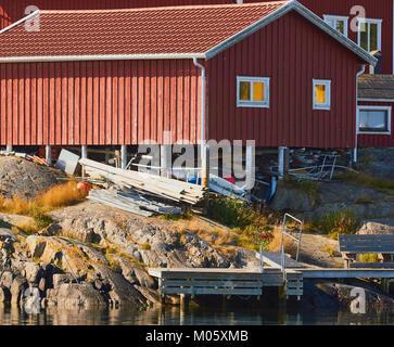 Holzhaus auf Stelzen, Ankarudden, Sodermanland, Schweden, Skandinavien. Passagierfähre fährt von Ankarudden auf - Stockfoto